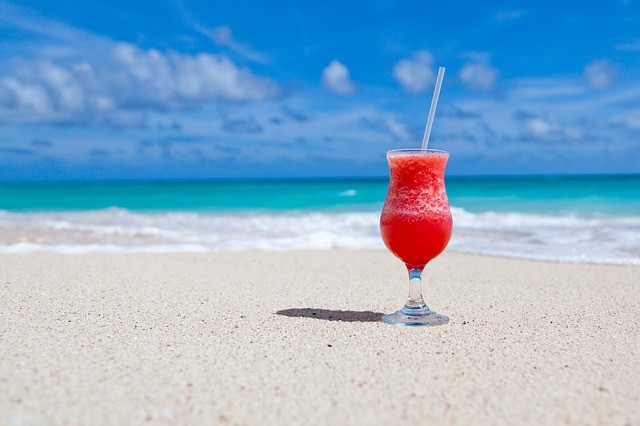 Zonvakantie cocktail strand en zee
