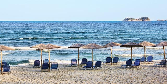 Vakantie zon ligstoelen parasols zee